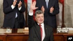 """""""Bizni tushuning, yopinchiq va tunda ko'radigan oynaklar muhim, biroq urushni ko'rpa bilan yutib bo'lmaydi"""", - dedi Poroshenko qonunchilarga qarata."""