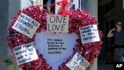 Warga menyampaikan rasa terima kasih pada dua orang yang tewas karena membela dua perempuan Muslim yang menjadi sasaran caci maki anti-Muslim di dalam kereta api di Portland, Jumat lalu (26/5).