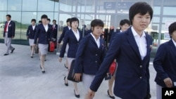 일본에서 열리는 20세 이하 여자 축구 월드컵에 참가하기 위해 14일 평양을 출발하는 북한 축구팀. 일본 정부가 특례 입국 비자를 발급했다.