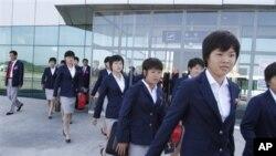 지난해 8월 일본에서 열린 여자청소년 축구 월드컵 경기참가를 위해 평양을 출발하는 북한 축구팀. (자료사진)