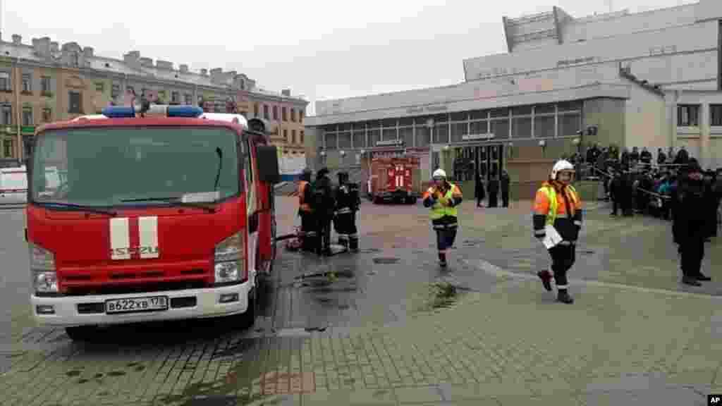 Les services d'urgence travaillent à l'extérieur de la station de métro Sennaya Square à Saint-Pétersbourg, en Russie, le 3 avril 2017.