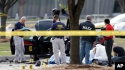 Petugas Biro Penyelidik Federal mengamankan lokasi terjadinya insiden penembakan di Garland, Texas, Senin (4/5).