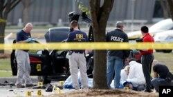 4일 미국 텍사스주 갈란드의 총격 현장에서 FBI 요원들이 경찰에 사살된 용의자와 용의자의 차량 주변을 조사하고 있다.
