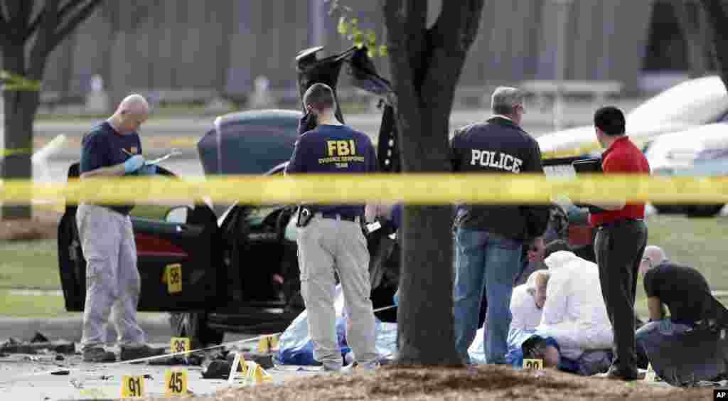 Polisi menembak dan menewaskan dua pria setelah mereka melepaskan tembakan pada seorang petugas keamanan di luar sebuah gedung di pinggiran kota Dallas tempat berlangsungnya pameran kartun Nabi Muhammad, Minggu malam (3/5). (AP/Brandon Wade)
