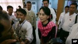 緬甸反對派領袖昂山素姬5月27日出席一個會議期間向媒體表示﹐譴責緬甸西部當局制定的兩胎化政策 。