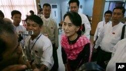 Aung San Suu Kyi (tengah) berbicara kepada media di Rangoon, Burma (27/5).