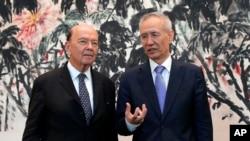 美國商務部長羅斯和中國副總理劉鶴在北京釣魚台國賓館會晤後合影。(2018年6月3日)