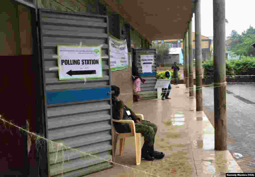Security officers on guard outside Kinyanjui Nairobi polling center, but no voters in sight. (Photo: VOA Swahili service)