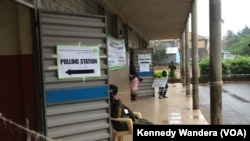 Maafisa wa usalama nje ya kituo cha Kinyanjui Nairobi bila ya wapiga kura