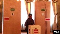 Seorang warga Indonesia di AS memberikan suaranya untuk pemilihan legislatif di TPS Washington D.C. (VOA/Eva Mazrieva)
