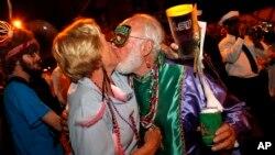 Beso enmascarado en el French Quarter, durante el Mardi Gras de Nueva Orleans.