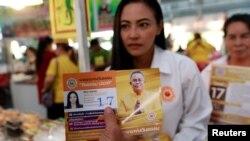 یکی از کاندیداهای حزب پاندین دارما در حال تبلیغ و گفتگو با مردم