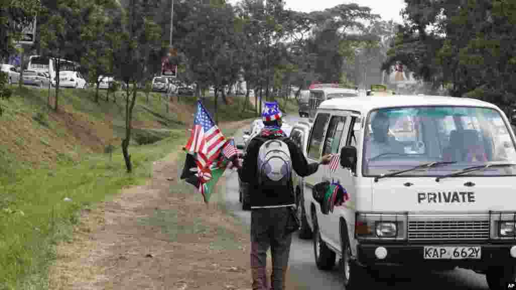 Un veundeur ambulant avec des drapeaux américains et kenyans, Nairobi, 24 juillet 2015.