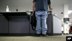 Nezaposleni čovek čeka na šalteru lokalne službe za zapošljavanje.