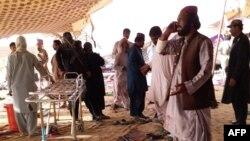 مستونگ میں ایک بم دھماکے کے مقام پر لوگ جمع ہیں۔ بلوچستان کے بعض علاقوں میں کئی برسوں سے دہشت گردی کی کارروائیاں ہو رہی ہیں جن میں داعش اور بلوچ عسکریت پسندوں سمیت کئی گروپ ملوث ہیں۔ فائل فوٹو