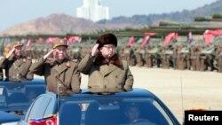 کیم جونگ اون رهبر کره شمالی در حال ورود به منطقه ای نامعلوم که ارتش آن کشور در حال برگزاری یک مانور نظامی است - ۶ فروردین ۱۳۹۵