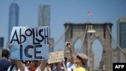 Les manifestants traversent le pont de Brooklyn lors d'une marche contre la séparation des familles immigrantes, à New York, le 30 juin 2018.