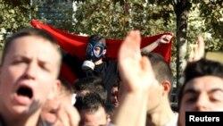 Arnavutluk'un başkenti Tiran'da göstericiler, Suriye'nin kimyasal silahlarının Arnavutluk'ta imha edilmesi önerisini protesto ediyor