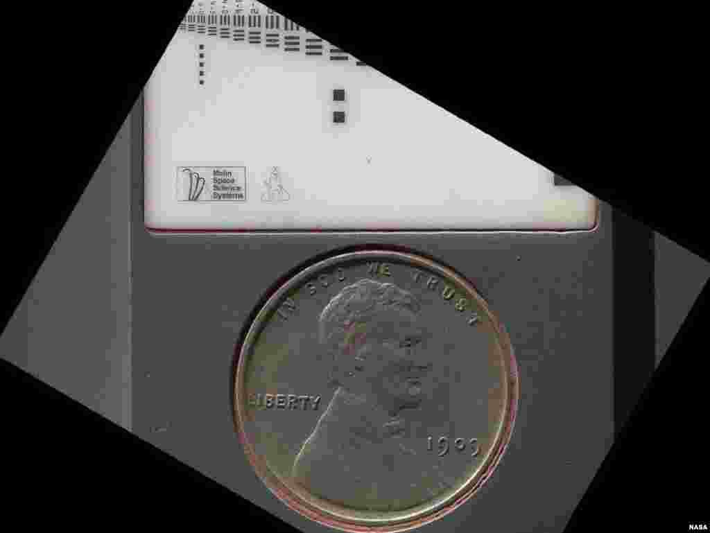 Đồng 1 cent được xe Curiosity dùng để làm dấu để đo đạc kích thước trong máy chụp ảnh. Đồng tiền này bị bao phủ vì bụi sao Hỏa, ngày 9 tháng 9, 2012.