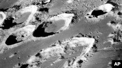 رسوبات یخ در حفره های سطح قطب جنوب ماه ممکن است جدید باشد.