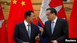 រូបឯកសារ៖ លោកនាយករដ្ឋមន្ត្រី ហ៊ុន សែន និងលោកនាយករដ្ឋមន្ត្រីចិន Li Keqiang នៅក្នុងពិធីចុះហត្ថលេខាមួយ នៅវិមានរដ្ឋាភិបាលចិន ទីក្រុងប៉េកាំង ប្រទេសចិន ថ្ងៃទី២២ ខែមករា ឆ្នាំ២០១៩។