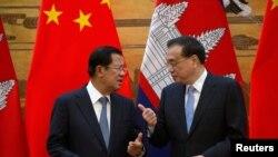 Thủ tướng Campuchia Hun Sen (trái) và Thủ tướng Trung Quốc Lý Quốc Cường tại một buổi lễ ký kết ở Đại lễ đường Nhân dân ở Bắc Kinh, Trung Quốc, hôm 22/1.
