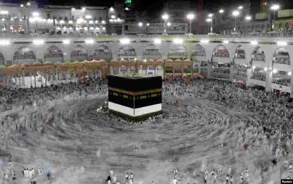 អ្នកដើរព្យុះហយាត្រាមូស្លីមដើរជុំវិញអគារ Kaaba នៅព្រះវិហារ Grand នៅមុនការដើរព្យុះហយាត្រា Haj ប្រចាំឆ្នាំ នៅក្នុងក្រុង Mecca ប្រទេសអារ៉ាប៊ីសាអូឌីត កាលពីថ្ងៃទី២៦ ខែសីហា ឆ្នាំ២០១៧។