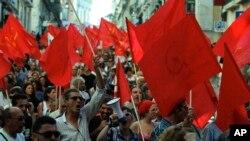 葡萄牙人7月3日在里斯本举行抗议,要求解散议会,提前举行选举