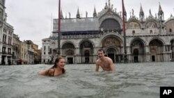 Pojedini uživaju u poplavljenoj Veneciji