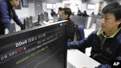 디도스 공격이 발생한 가운데 4일 서울 송파구 가락동 한국인터넷진흥원(KISA) 내 인터넷침해대응센터 종합상황실에서 관계자들이 분주하게 움직이고 있다.
