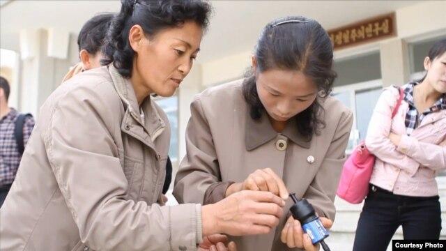 미국 민간 구호단체 '웨이브스 포 워터'가 제공한 동영상에서, 북한 주민들이 이 단체가 제공한 정수 필터를 사용해보고 있다.