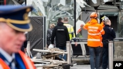 Cảnh sát và các nhân viên cấp cứu đứng ở phía trước sân bay Zaventem bị hư hại, ngày 23 tháng 3, 2016.