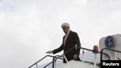 Menlu AS John Kerry tiba di bandara internasional Afghanistan di Kabul untuk pertemuan dengan para pemimpin negara itu, Sabtu (9/4).