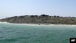 """این جزیره که بنام """"جزیره زلزله"""" یاد می شود در یک کیلومتری بندر ساحلی گوادر چند ساعت بعد از زلزله شدید به وجود آمد."""