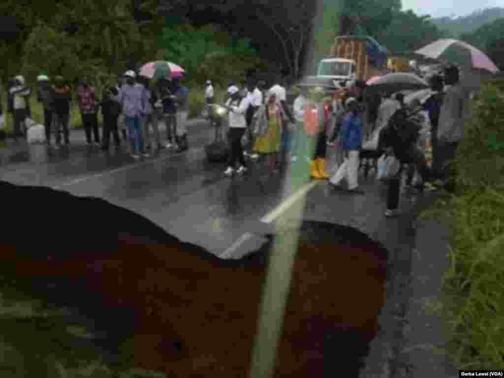 """La route a été coupée dans les deux sens au niveau de Matomb, à 68 km de la capitale politique camerounaise Yaoundé à la suite de l'""""effondrement d'une buse métallique sur la RN3 (route nationale numéro 3)"""", au Comeroun, 21 octobre 2016."""