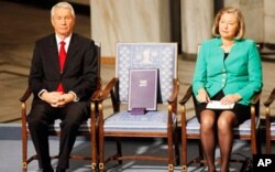 Le président du comité du prix Nobel, Thorbjorn Jagland, Mme Kaci Kullman Five, membre du comité, et la chaise que devait occuper Liu Xiaobo