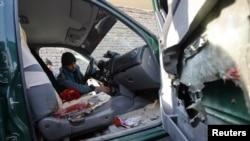 Seorang polisi Afghanistan tengah memeriksa kendaraan milik kepala kepolisian propinsi Nimroz yang terkena bom pinggir jalan di distrik Hadraskan propinsi Herat (10/12). Bom ini menewaskan Jenderal Mohammad Musa Rasouli saat dilarikan ke rumah sakit.