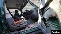 10일 아프간 님로즈주에서 폭탄 공격을 받은 경찰 서장 차량.