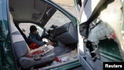 阿富汗警察在檢查尼姆魯茲省警察局長拉蘇利遇襲身亡的車輛