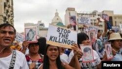 Aktivis dan kerabat orang-orang yang terbunuh dalam perang antinarkoba di Filipina, melakukan pawai damai dalam peringatan Hari Hak Asasi Manusia di Manila, 10 Desember 2019. (Foto: dok).