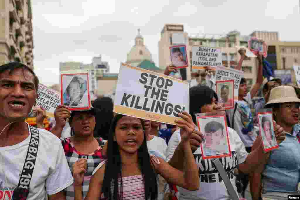 Activistas filipinos y familiares de personas asesinadas en la guerra contra las drogas del país, realizan una manifestación en celebración del Día de los Derechos Humanos en Manila.