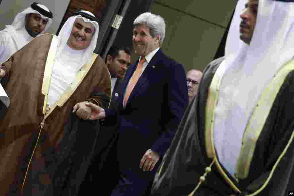 امریکی وزیر خارجہ جان کیری بحرین کے وزیر خارجہ خالد بن احمد الخلیفہ کے ساتھ خوشگوار موڈ میں۔