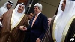 Глава МИД Бахрейна шейх Халид бин Ахмед аль-Халифа и госсекретарь США Джон Керри. Манама, Бахрейн. 7 апреля 2016 г.