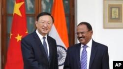 印度國家安全顧問多瓦爾與楊潔篪17年12月22日會晤資料照。