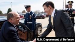 美国国防部长埃斯珀(右)接待英国国防大臣华莱士访问(美国国防部2020年3月5日照片)