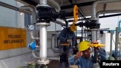 Para teknisi di pabrik biodiesel Oilfox S.A. Biofuel di San Nicolas, sebelah timur laut Buenos Aires, Argentina. (Foto: Dok)