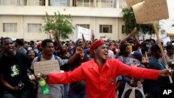 Des étudiants sud-africains manifestent à Johannesburg, Afrique du Sud, 23 septembre 2016.