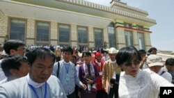 Nhà lãnh đạo đấu tranh cho dân chủ Miến Điện Aung San Suu Kyi (giữa), rời Quốc hội sau phiên họp hôm 2/5/12