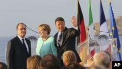 프랑수아 올랑드 프랑스 대통령, 앙겔라 메르켈 독일 총리, 마테오 렌치 이탈리아 총리(왼쪽부터)가 22일 이탈리아 남부 나폴리 인근 벤토테네 섬에서 정상회담 직후 합동 기자회견을 가졌다.