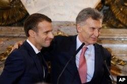 El presidente de Francia, Emmanuel Macron (izq.) y el presidente de Argentina, Mauricio Macri, sonríen al final de una conferencia de prensa conjunta en el palacio presidencial argentino, en Buenos Aires. 29 de noviembre de 2018.